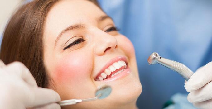 Kvinde ved tandlægen